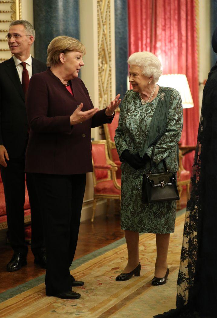 Angela Merkel im Gespräch mit Queen Elizabeth II.