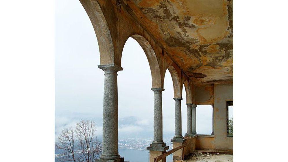 Sanatorium in den Alpen: Ruine mit Ausblick