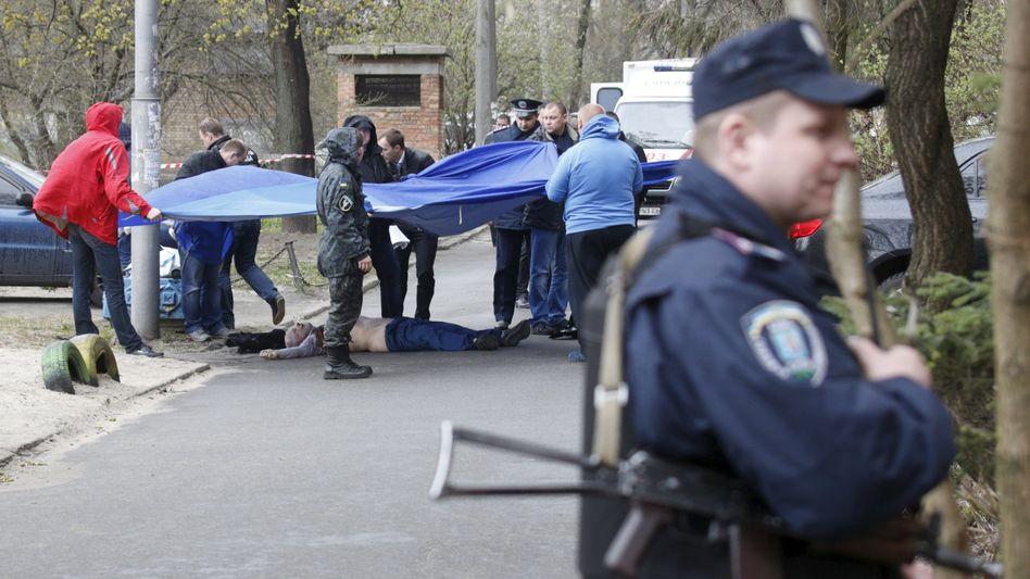 Ermittlungen am Tatort: Maskierte Täter haben den Journalisten erschossen