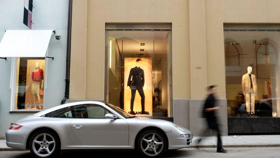 Porsche Carrera vor einem Münchner Geschäft