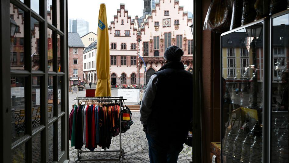 Inhaber eines Souvenirladens in Frankfurt: Umsätze auf null - aber die Kosten laufen weiter