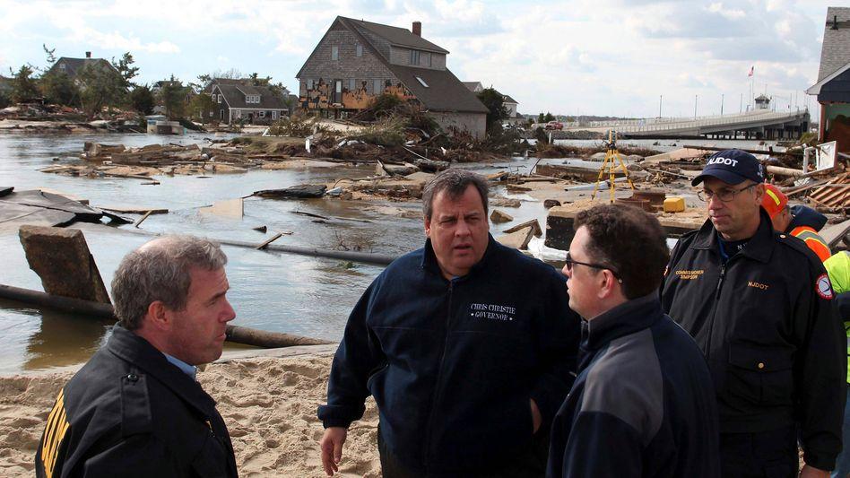 Gouverneur Chris Christie (zweiter von links) schaut sich die Verwüstungen an