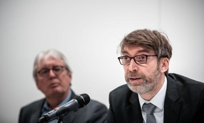 """Historiker Christoph Spieker (l.) und Martin Hölzl bei der Vorstellung des Gutachtens: """"Sehr erschüttert"""""""