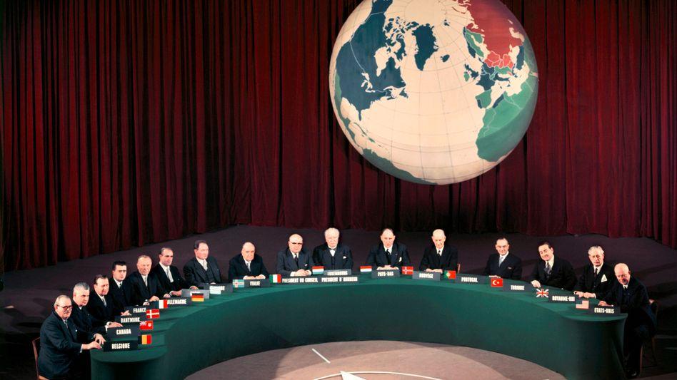 """Regierungschefs auf dem Nato-Gipfel 1954: """"Keine automatische Verpflichtung"""""""