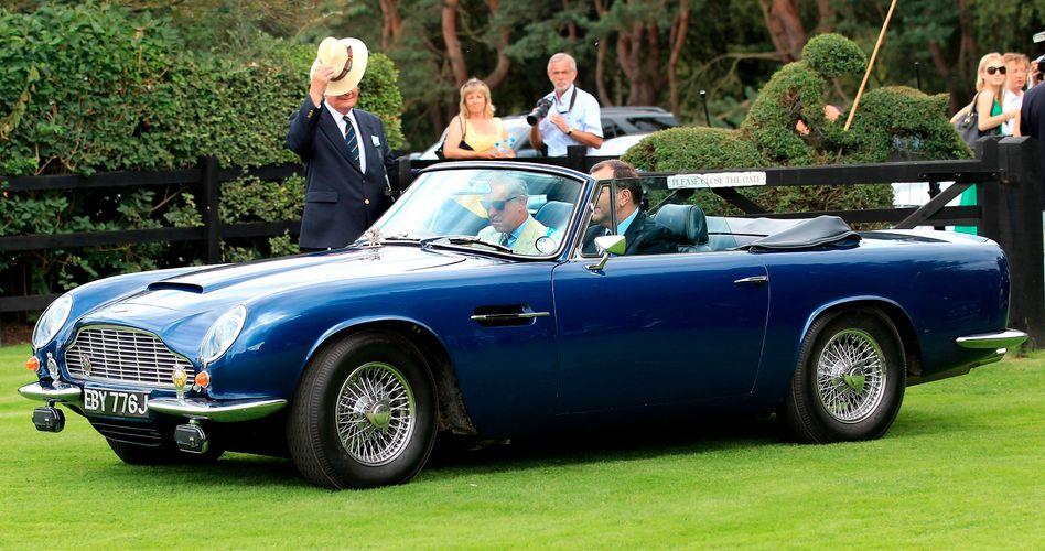 Prinz Charles in seinem Aston Martin (im Jahr 2010)