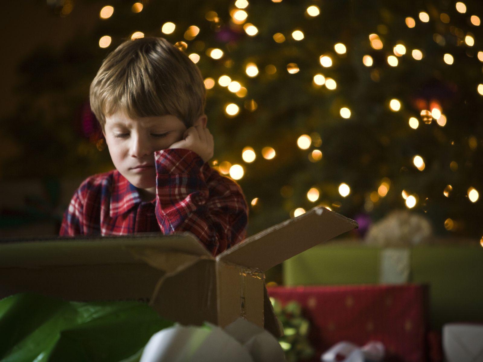 EINMALIGE VERWENDUNG enttäuschter Junge/ Weihnachten