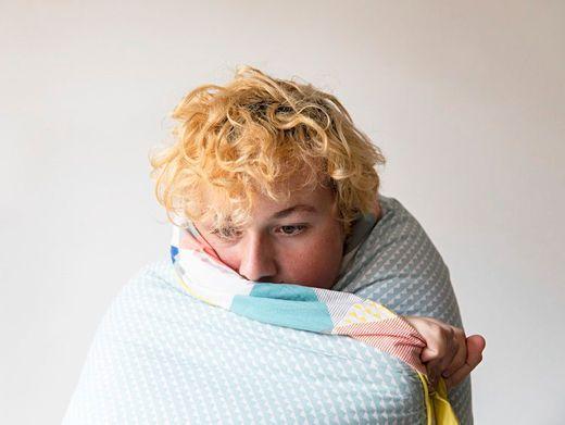 Oft reagieren Jugendliche auf die Coronafolgen nicht wütend, sondern mit Rückzug, Verstummen und emotionaler Taubheit (Symbolbild)