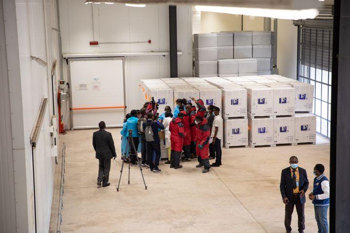 Mit großem Medienrummel wurde die Ankunft der ersten Impfdosen in der Demokratischen Republik Kongo gefeiert