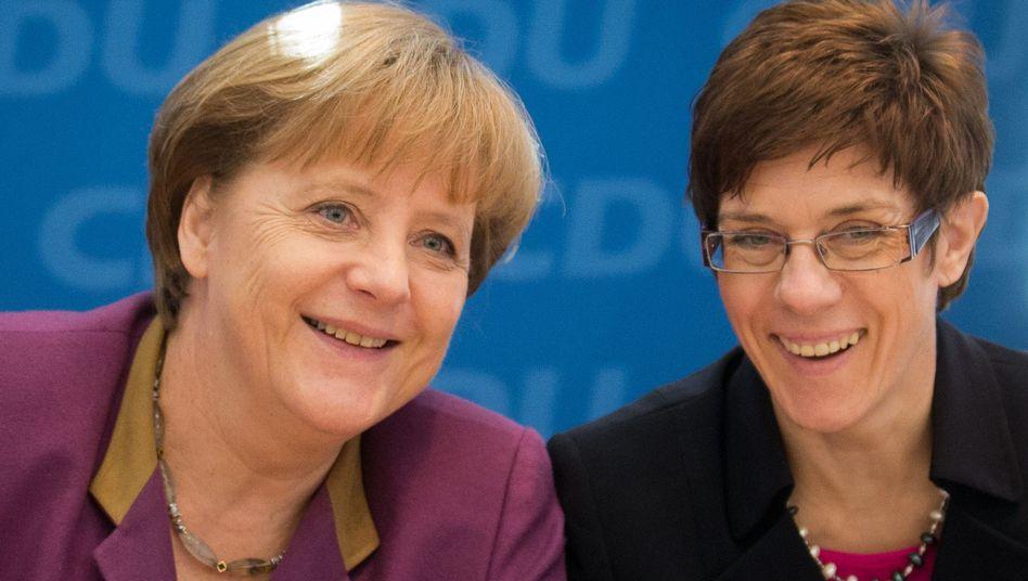 Bundeskanzlerin Angela Merkel und Saarlands Ministerpräsidentin Annegret Kramp-Karrenbauer: mehr Geld für die Schwachen gefordert