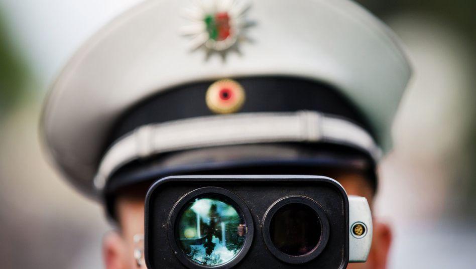 Ein Polizist bei einer Geschwindigkeitskontrolle.