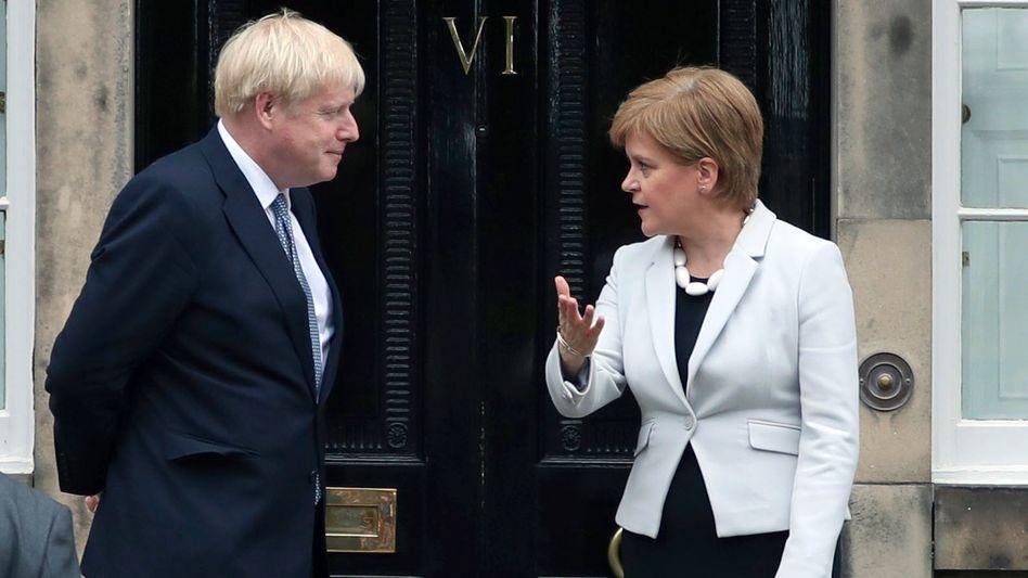 Rivalen Sturgeon (r.), Johnson (l.): Sie wartet, bis er Fehler macht