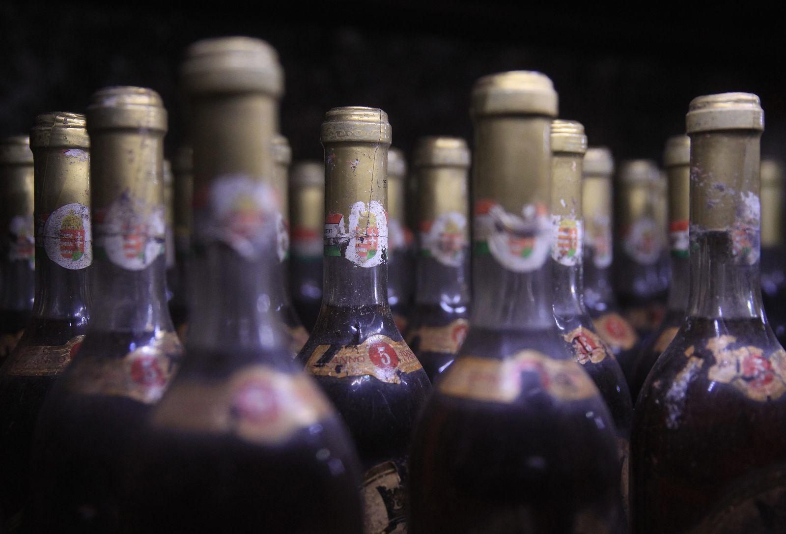 Rotwein Flaschen Ungarn