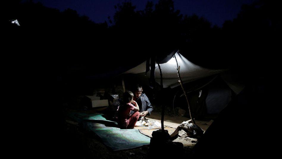 Ein Vater und seine Tochter unter ihrem provisorischen Zelt auf Samos (Archivbild von 2017)