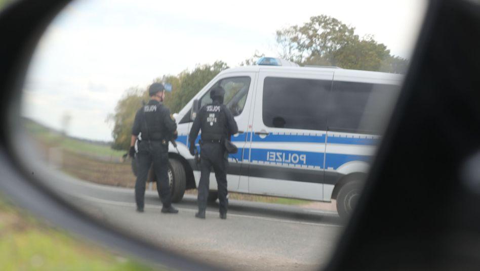 Polizisten bei Landsberg in Sachsen-Anhalt (9. Oktober): Einsatz nach Anschlag in Halle