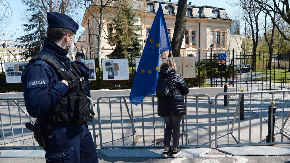 Eine Frau mit EU-Flagge vor Polens Verfassungsgericht
