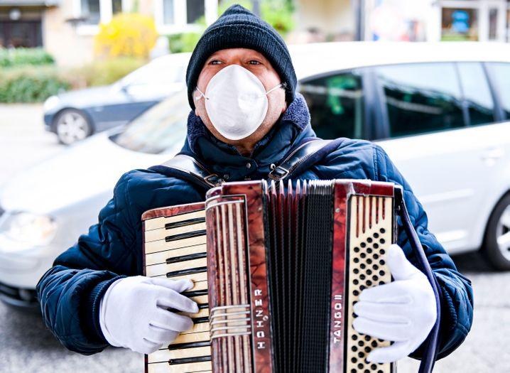 """Straßenmusiker mit Maske und Handschuhen in Hamburg: Das Robert Koch-Institut erklärt, es gebe """"keine hinreichende Evidenz dafür, dass das Tragen eines Mund-Nasen-Schutzes das Risiko einer Ansteckung für eine gesunde Person, die ihn trägt, signifikant verringert"""""""