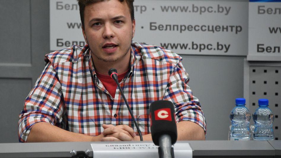 Roman Protassewitsch bei der Pressekonferenz in Minsk