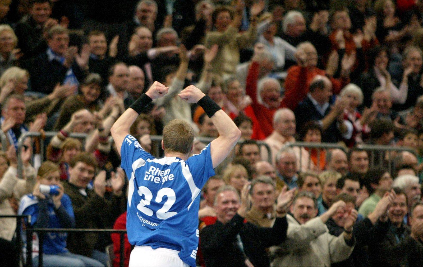 Gudjon Valur Sigurdsson (Gummersbach) jubelt vor den Fans