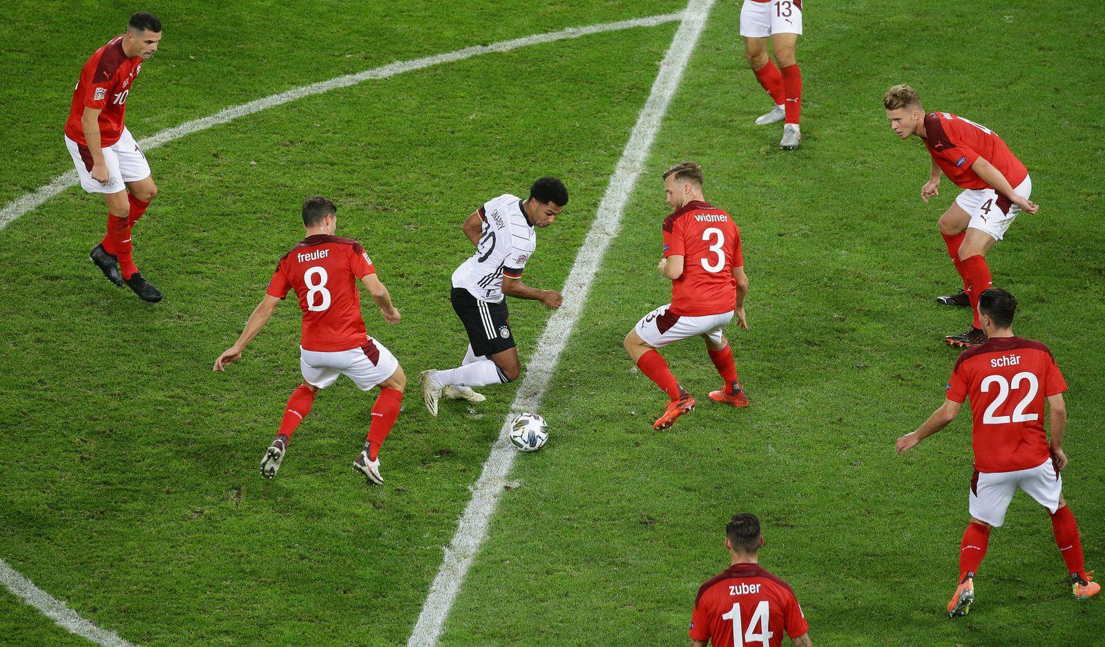 Köln , Fußball UEFA Nations League , Länderspiel Deutschland vs. Schweiz , Serge Gnabry ( GER ) inmitten von Schweizer