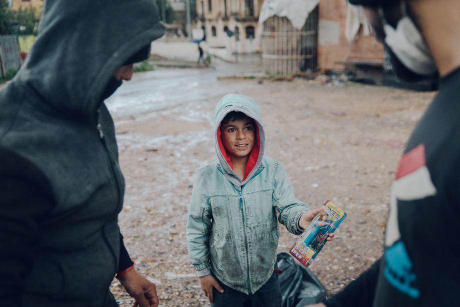 Rund drei Dollar für zehn Stunden Wühlen im Dreck: Wael hat eine ungeöffnete Spielzeugverpackung gefunden
