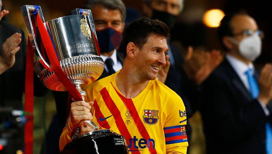 Lionel Messi freut sich über den Pokal für die gewonnene Copa del Rey