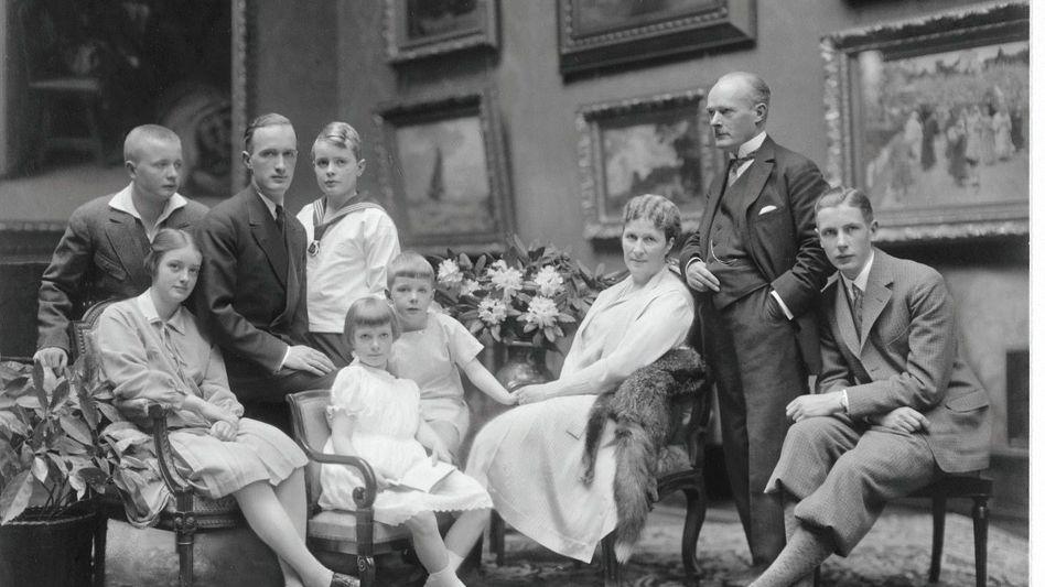 Großfamilie Krupp von Bohlen und Halbach, versammelt zum Fototermin:die Kinder Berthold, Irmgard, der künftige Erbe Alfried sowie Harald, davor Waltraut und Eckbert, daneben die Eltern Bertha und Gustav, ganz rechts Sohn Claus. Das Porträt fertigte der Starfotograf Nicola Perscheid 1928