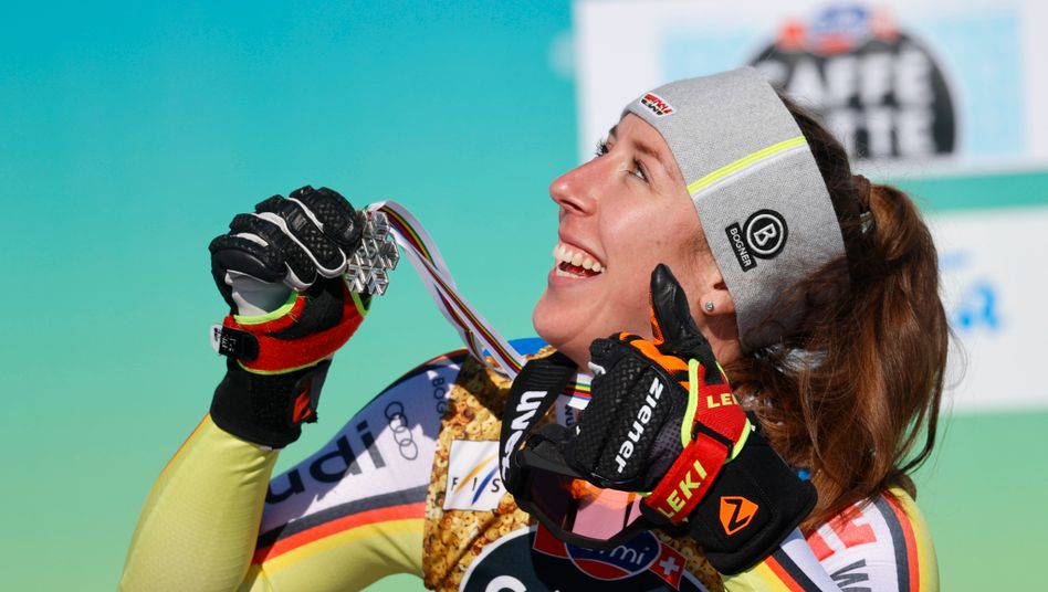 Kira Weidle freut sich über die Silbermedaille