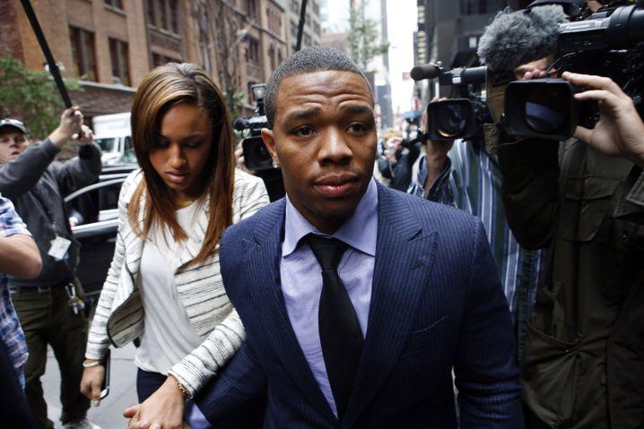 Rice und seine damalige Verlobte Palmer: Aus dem Aufzug geschleift