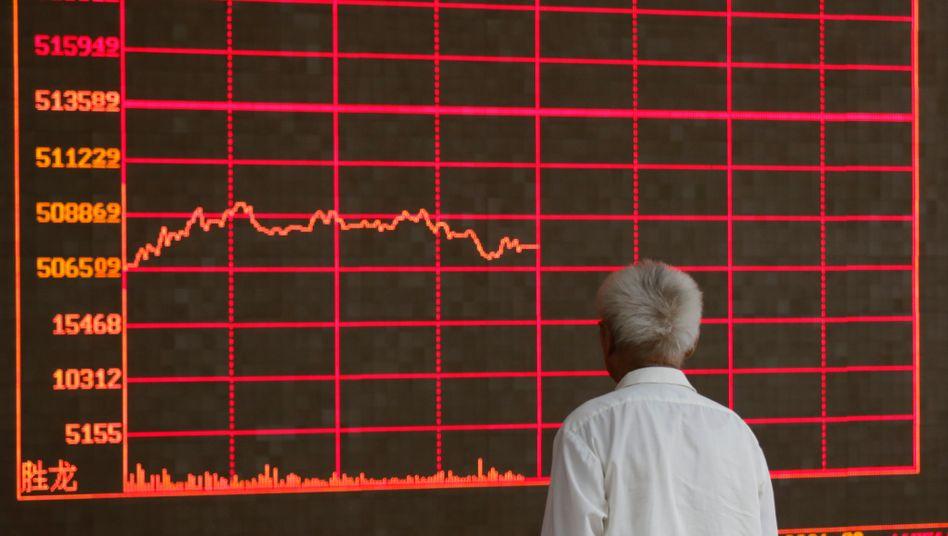 Ein chinesischer Investor schaut sich einen Aktienindex an