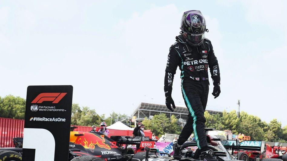 """Weltmeister Hamilton auf Mercedes-Siegerwagen am vergangenen Sonntag in Barcelona:""""Es ist noch Emotion im Spiel"""""""