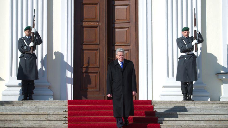 Gauck beim Verlassen von Schloss Bellevue in Berlin: Macht er weiter?