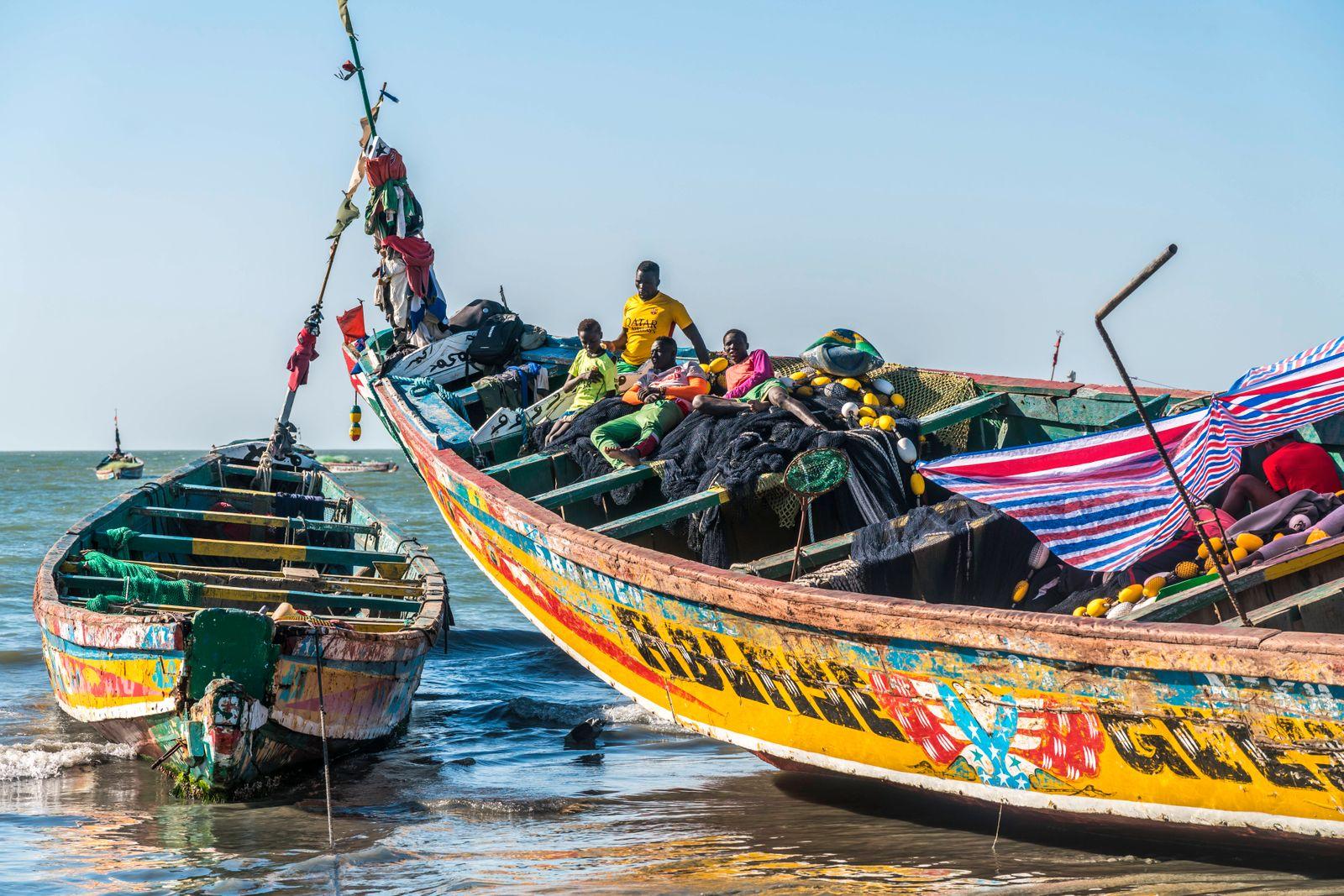 Fischerboot Fischerboot mit fischern in Tanji, Gambia, Westafrika fishermen on their boat, Tanji, Gambia, West Africa,