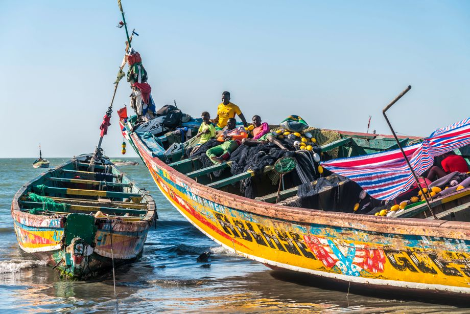 Lokales Fischerboot an Gambias Küste