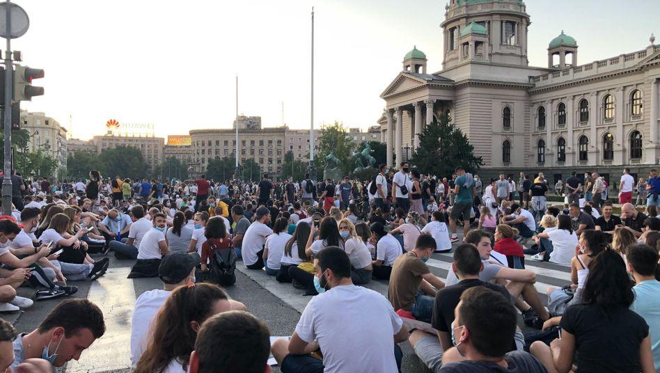 Nach zwei Nächten der Gewalt haben Demonstranten gegen die Corona-Restriktionen von Präsident Vucic eine friedliche Sitzdemonstration abgehalten