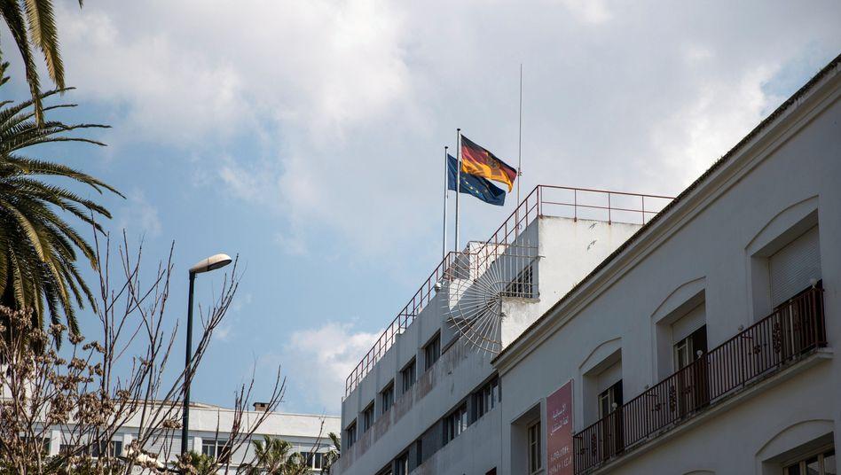 Die deutsche und die EU-Fahne auf dem Dach der deutschen Botschaft in Rabat