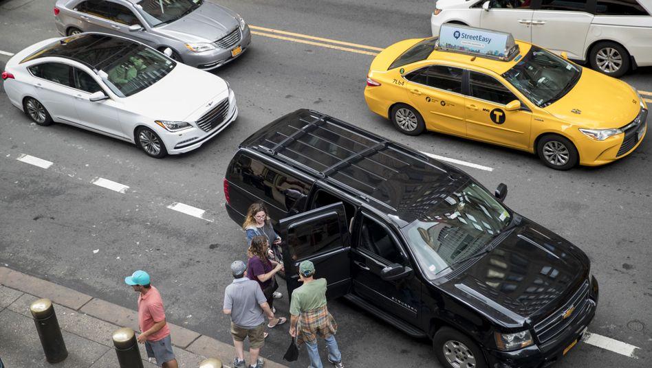 Ein Privatfahrer sammelt Fahrgäste in New York ein - das gelbe Taxi fährt vorbei (Archivbild)