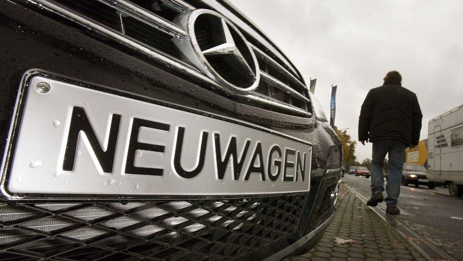 Autohaus: Ein Mann begutachtet mehrere Neuwagen in Mainz