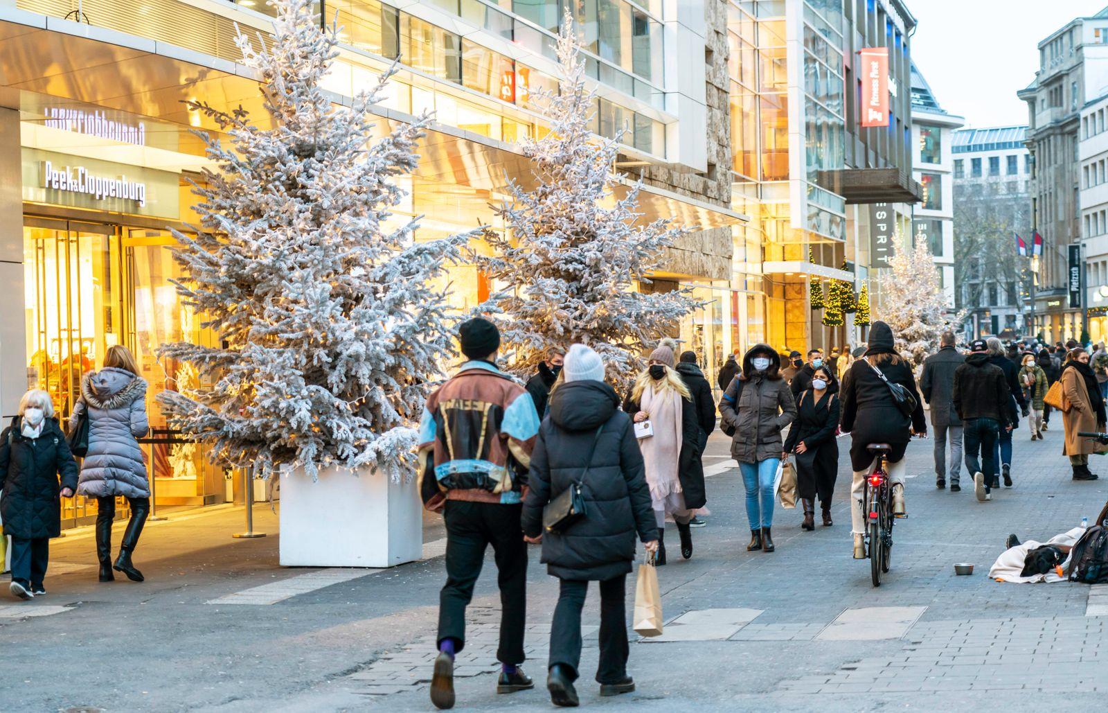 Einkaufsstrasse Schadowstrasse, Weihnachtsdekoration, geschlossene Gastronomie Betriebe, w?hrend des zweiten Lockdowns i