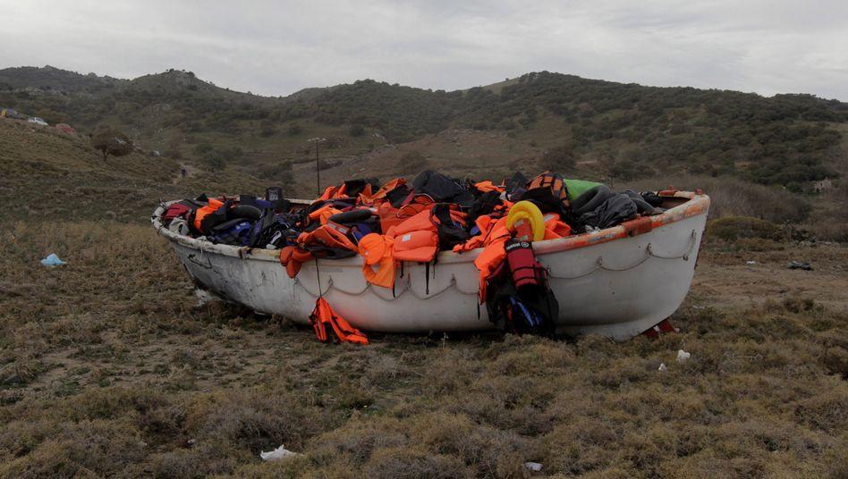 Ein Boot voller Rettungswesten: Griechenland wird mit der Zahl der Flüchtlinge nicht fertig