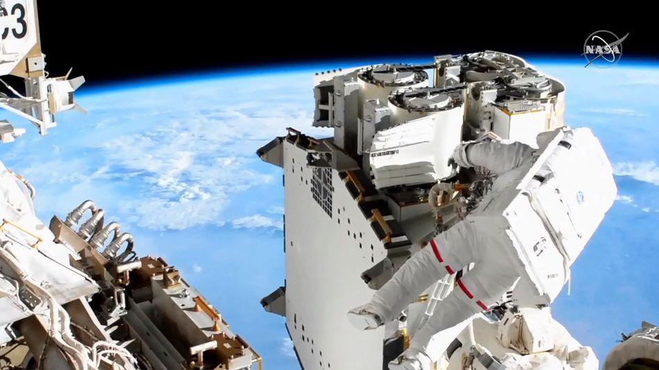 Astronaut Thomas Pesquet bei Arbeiten an der ISS
