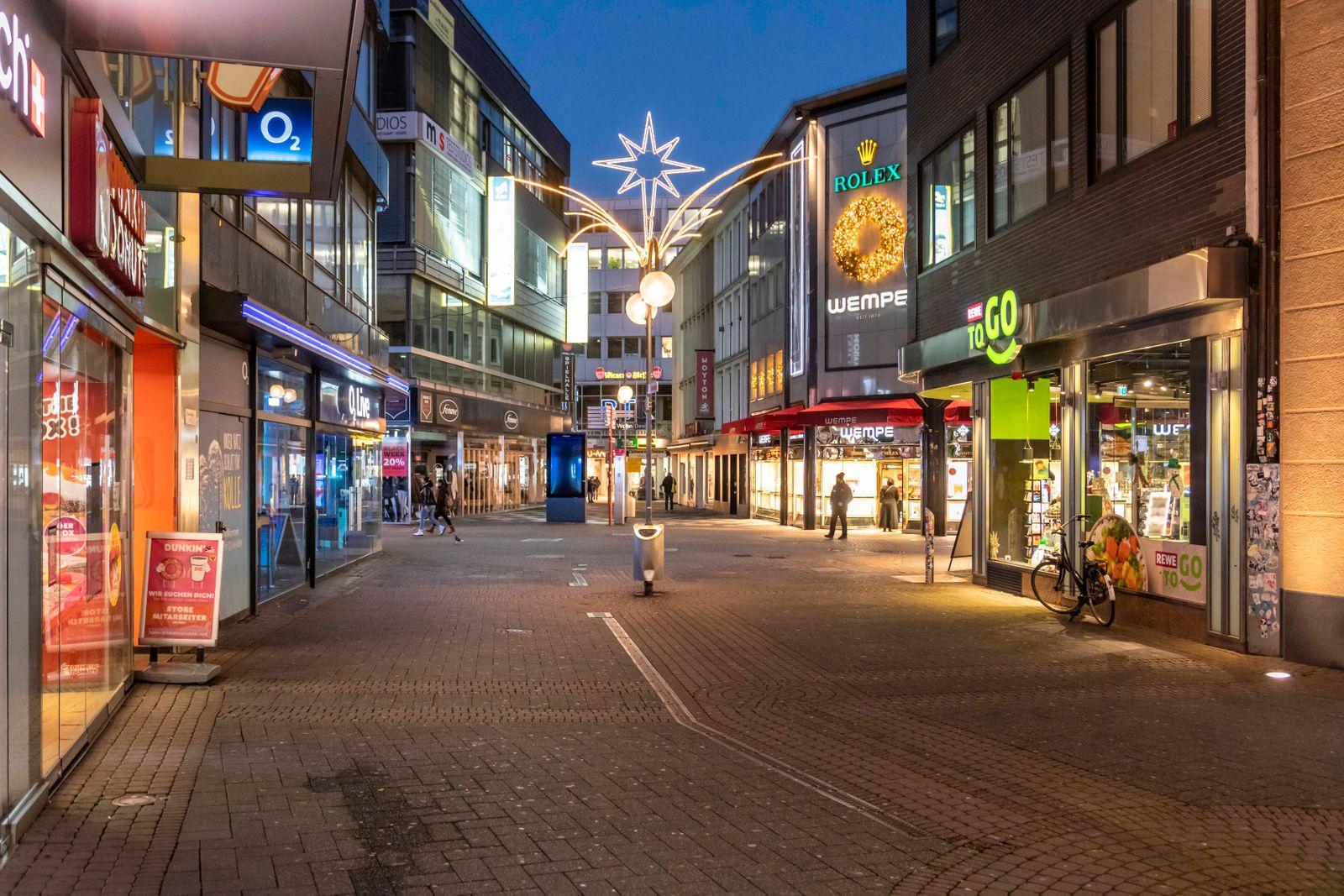 Einkaufsstraßen in Köln nach dem Lockdown in der Corona Krise - Fußgängerzone Schildergasse *** Shopping streets in Colo