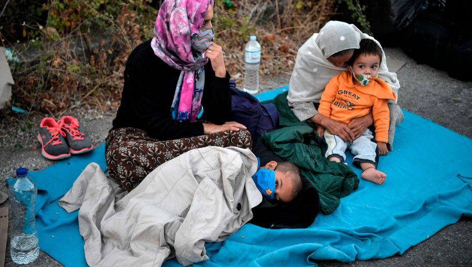 Das Camp Moria brannte fast komplett aus; Bewohner, auch viele Kinder, verbrachten die Nacht zu Donnerstag auf den Straßen von Lesbos