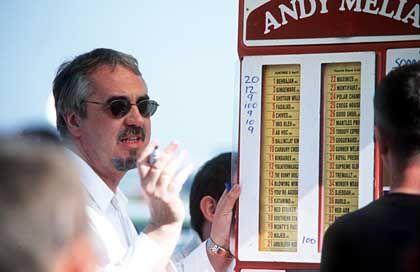 Quoten auf den Wetttafeln: Bei Buchmachern können Besucher des Rennens ein paar Pfund setzen