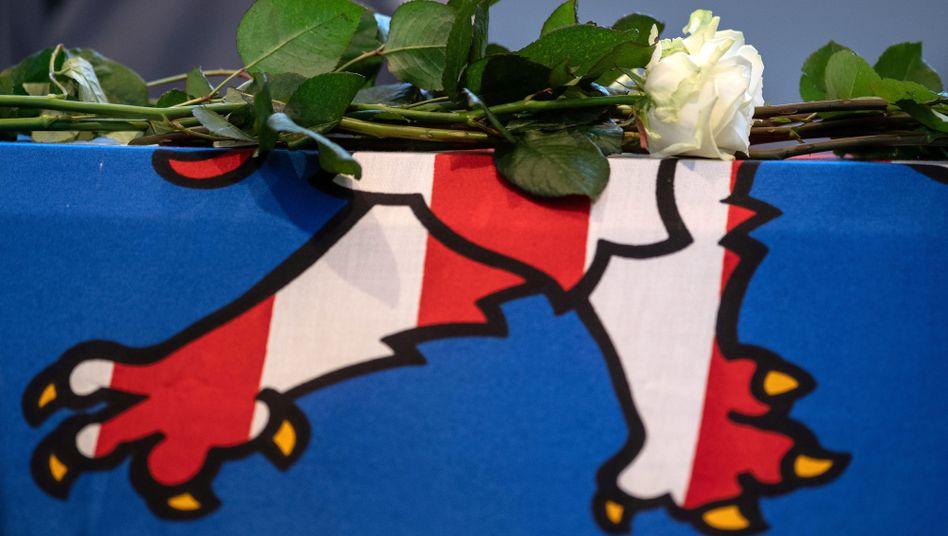 Eine weiße Rose und die hessische Landesflagge auf dem Sarg von Walter Lübcke: Am 13. Juni fand die Trauerfeier statt
