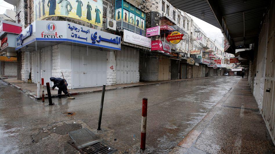 Verlassene Straße im Westjordanland