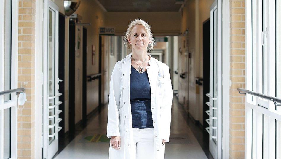 Wiebke Nehls, 48, ist Oberärztin der Lungenklinik Heckeshorn und Leiterin der Palliativmedizin am Helios Klinikum Emil von Behring in Berlin-Zehlendorf