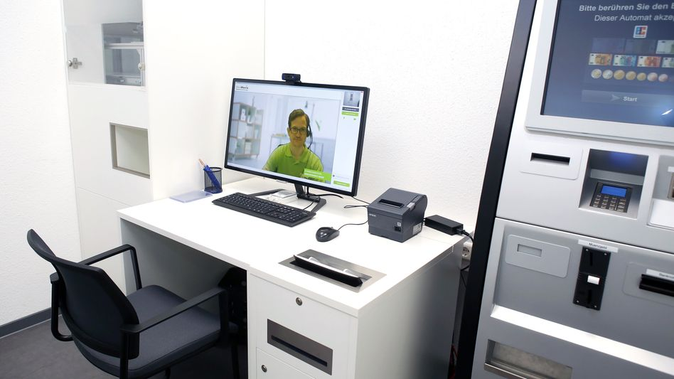 Apothekenterminal in Hüffenhardt: Automat mit Bildschirm für Videoberatung
