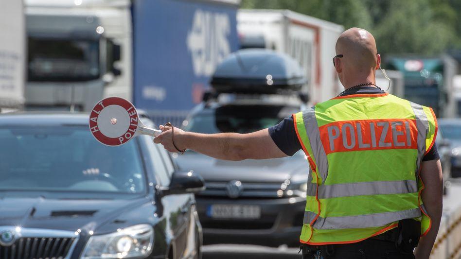 Bayerischer Polizist in Sommeruniform