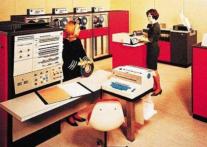 Elegant: Anfang der Siebziger Jahre mutieren Großrechner zum vorzeigbaren Büro-Interieur (IBM-Anzeigenfoto)