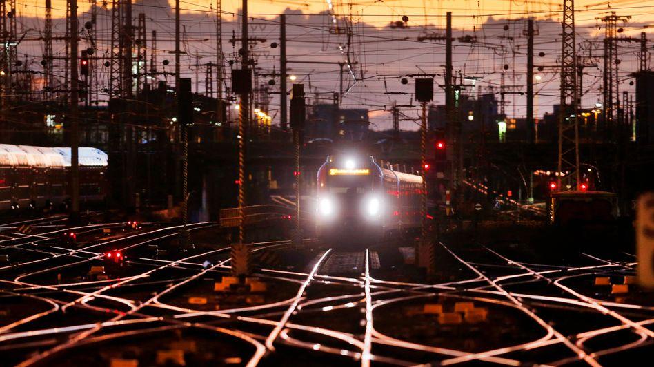 Morgendämmerung am Bahnhof Frankfurt am Main